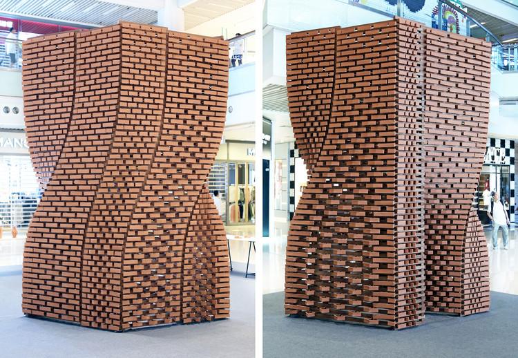 Más de 2000 ladrillos únicos son fabricados robóticamente para generar muros variables en este pabellón, © Christian J. Lange