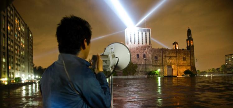 Este cortometraje explora las instalaciones en espacio público del artista mexicano Rafael Lozano-Hemmer, Cortesía de PLANE-SITE