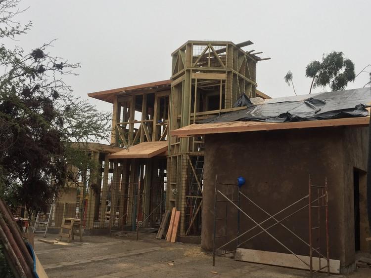 Construcción Sustentable en Barro y Paja, Casa familiar de madera, paja y barro, en la pre cordillera de Santiago.