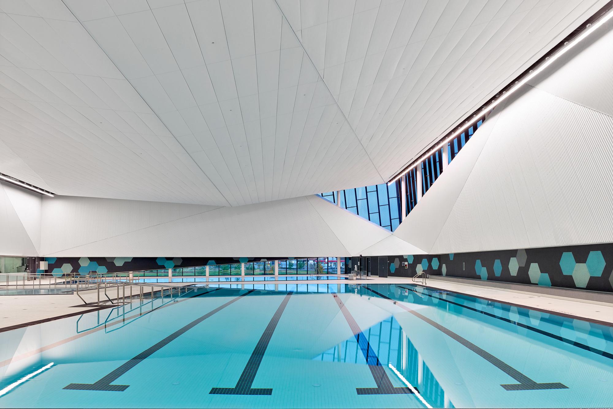 Emerald hills leisure centre mjma mta archdaily for Swimmingpool aufstellbecken pool