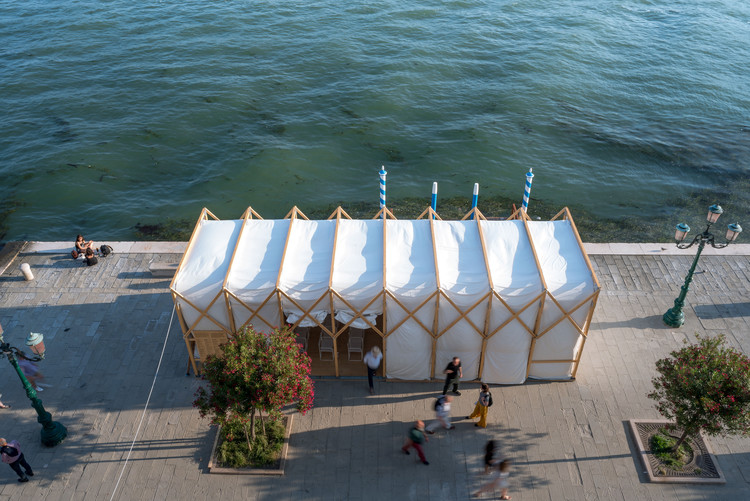 Pop-In, Pop-Out, Pop-Up: Collapsible Street Cinema Uses Film to Reflect on Soviet Russia in Venice, © Nicolò Zanatta