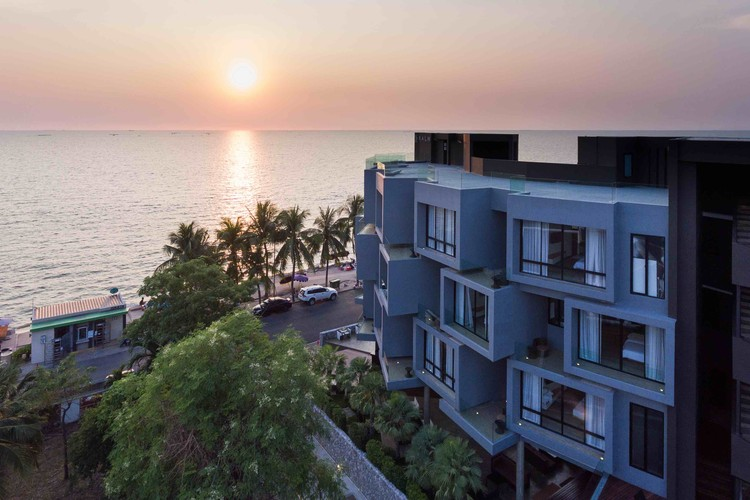 KALM Bangsaen Hotel / junnarchitect, © Beer Singnoi