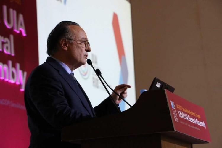 Brasileiro é eleito vice-presidente da União Internacional dos Arquitetos, Simon fala aos participantes da Assembléia Geral que o elegeu. Image © Edinardo Lucas (FNA), via CAU/BR