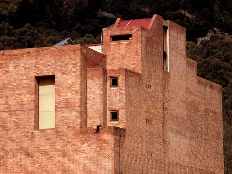 "El renacer del MAMBO, la obra con la que Rogelio Salmona quiso coser una herida urbana en Bogotá , © <a href=""//commons.wikimedia.org/wiki/User:Pedro_Felipe"">Pedro Felipe</a>, bajo licencia <a href=""http://creativecommons.org/licenses/by-sa/3.0"">CC BY-SA 3.0</a>. ImageMAMBO, el Museo de Arte Moderno de Bogotá, diseñado por Rogelio Salmona"