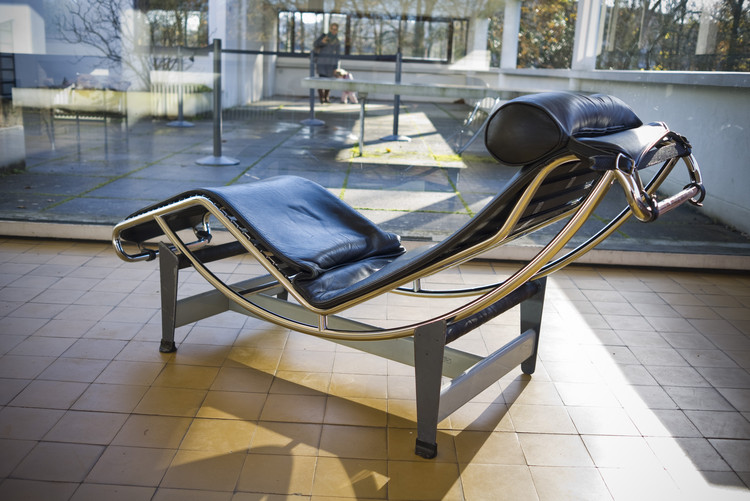 Charlotte Perriand: la coherencia entre interiorismo, mobiliario y arquitectura, LC4 Chaise Longe diseñado por Le Corbusier y Charlotte Perriand. Image vía Flickr user: jeanbaptisteparis Licensed under CC BY-SA 2.0