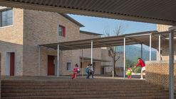 Jardín infantil central de la aldea Xinchang / Atelier Deshaus