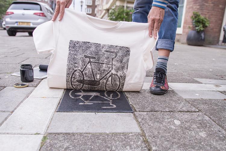 """Pirate Printers"" Turn City Surfaces into Stamps to Create Unique Bags and Streetwear, <a href='http://raubdruckerin.de/'></a>via Raubdruckerin"