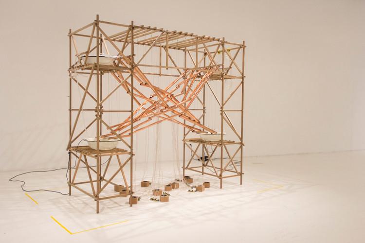 El agua se materializa constructivamente a través del trabajo artístico de Claudia González, Exposición Festival de Arte Sonoro Tsonami - Parque Cultural. Image Cortesía de Claudia González
