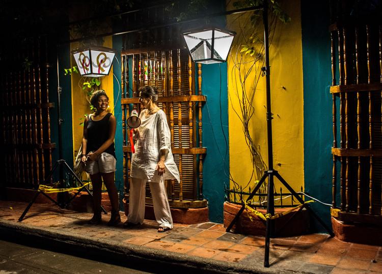 Este proyecto de iluminación nocturna busca construir una mejor comunidad en Cartagena, La antropóloga Laura Mendoza (izquierda) y Leni Schwendinger (Nighttime Design leader, Arup).Imagen © Dr. Don Slater, Configuring Light Program, LSE