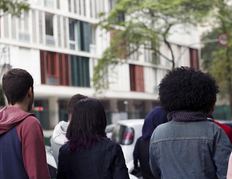 Passeios IAB/SP e as Jornadas do Patrimônio em São Paulo, Passeio da manhã, cruzando a Avenida Higienópolis.. Image © Mayra Moraes