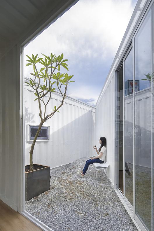معماری آسمان آبی مثلثی که توسط جعبه طراحی شده است، اجازه می دهد تا بازدید کنندگان به طور موقت از تنگی و شلوغی شهر فرار کنند.