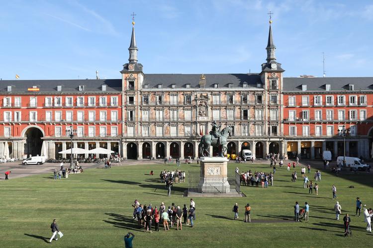 SpY interviene la Plaza Mayor de Madrid con círculo de césped de 70 metros de diámetro, © Ayuntamiento de Madrid / Difusión