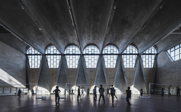 Gymnasium of the New Campus of Tianjin University, China / Atelier Li Xinggang. Image © Terrance Zhang