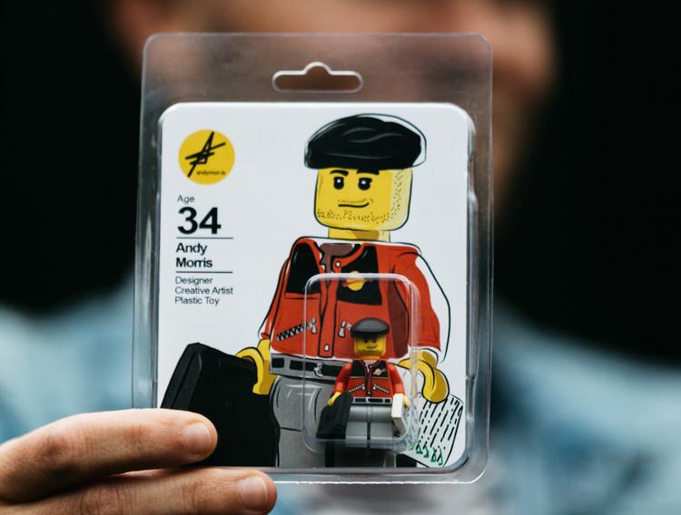 ¿Tu CV en una hoja? El artista Andy Morris se presenta en su propia versión LEGO, © @shotbygoldcut