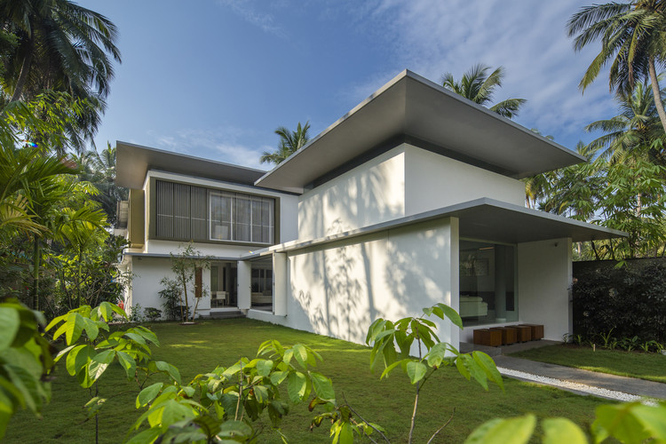 The Floating Parasol House / LIJO.RENY.architects, © Praveen Mohandas