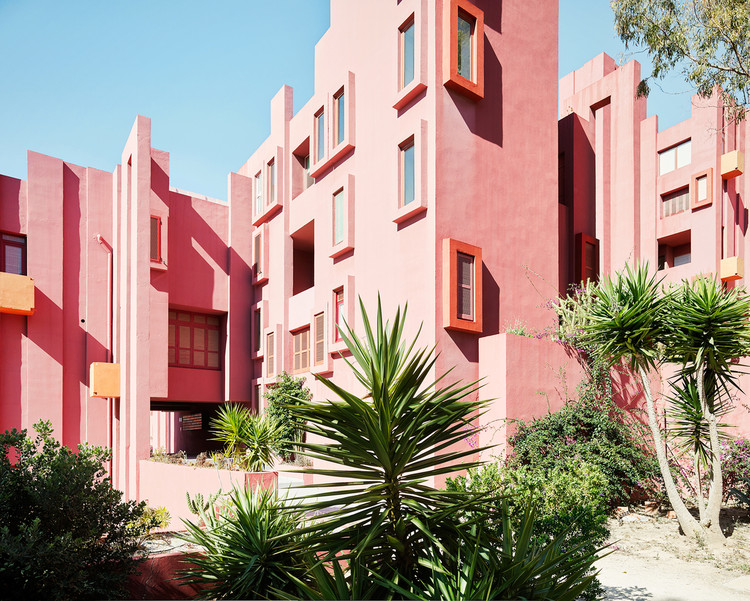 7 Architects Who Weren't Afraid to Use Color, La Muralla Roja. Image © Gregori Civera