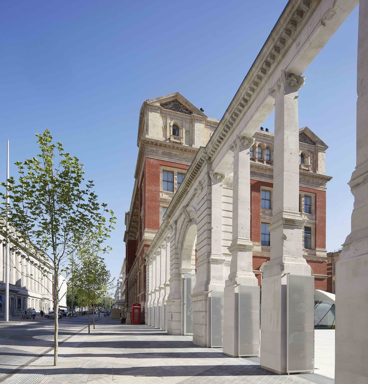 Are Part-Pedestrianized Zones In Dense Urban Environments Dangerous?, V&A Museum Entrance / AL_A. Image © Hufton + Crow