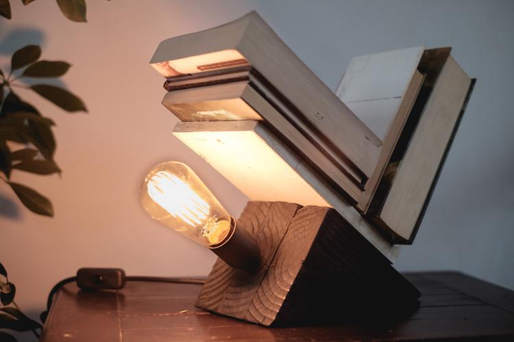 Una innovadora lámpara de madera quemada y hormigón armado, por Studio2, Cortesía de Studio-2