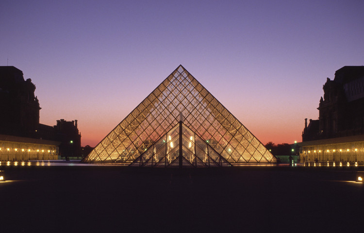The Evolution of Light in IM Pei's Museums, from Dark Concrete Voids to Luminous Glass Pyramids, Illuminated glass pyramid at Grand Louvre during twilight, Paris / France. Architecture: I. M. Pei & Partners, New York. Lighting design: Claude and Danielle Engle, Washington. Photography: Thomas Mayer. Image © ERCO GmbH, www.erco.com