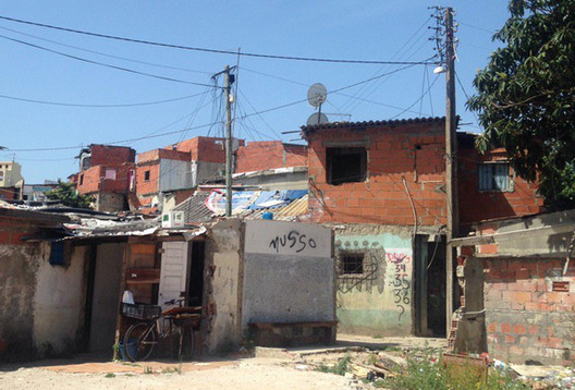 ONU considera urgente a implementação de políticas públicas habitacionais no mundo, Moradias precárias em Amadora, Portugal. Image © Cortesia de Blog da Raquel Rolnik