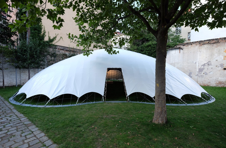 Inexpensive, Easy-to-Build Gridshell Pavilion Uses Air-Filled Cushions for Construction, © Jirka Jansch