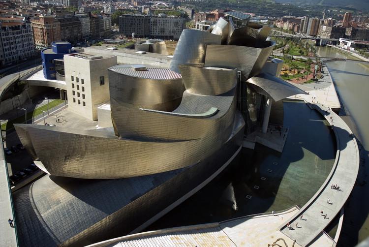 A 20 años del Guggenheim Bilbao, Vista panorámica del Museo Guggenheim Bilbao. Image Cortesía de Fundación Museo Guggenheim Bilbao