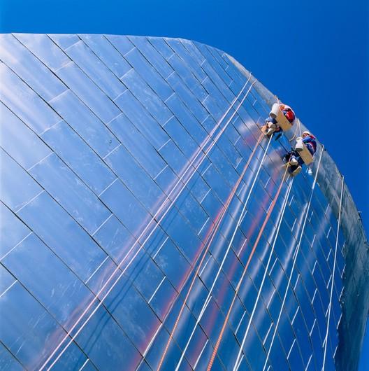 Mountain climbers installing titanium facade panels during the construction of the Guggenheim Museum Bilbao. Photo: Aitor Ortiz. Image © 2017 FMGB Guggenheim Bilbao