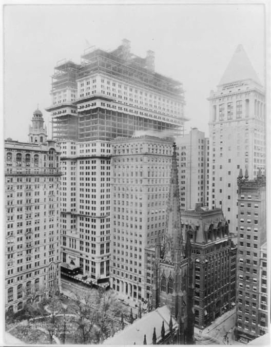 Quasipalm [Wikimedia]. Imagen del edificio en construcción en 1914, bajo dominio público.
