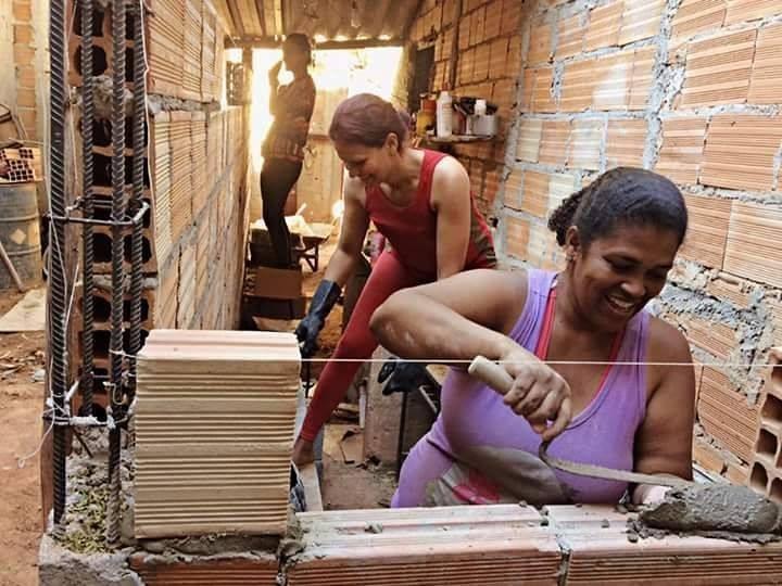 Ayuda a capacitar y empoderar mujeres en el proyecto 'Arquitetura na periferia', © Carina Guedes e Pedro Thiago