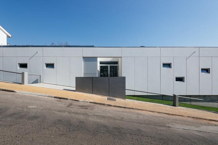 Dandélio School  / ORANGEarquitectura, © do mal o menos