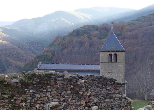 Spain, Tebaida Leonesa. The thirteenth-century Romanesque Church of San Pedro de Montes in Valdueza, seen from the north, 2015. Escuela del Patrimonio Cultural/World Monuments Fund