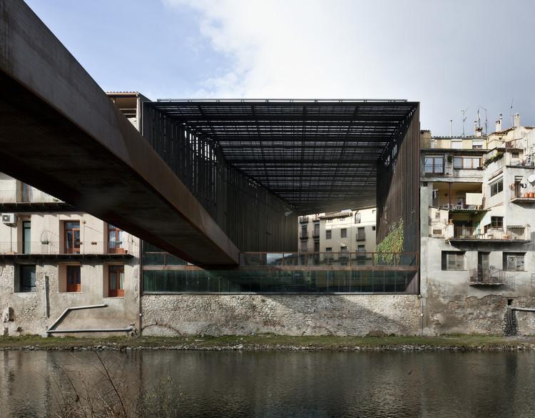 5 intervenções exemplares de acessibilidade em centros históricos na Espanha, Plaza cubierta y pasarela en Ripoll, Gerona.. Image Cortesía de RCR Arquitectes + PUIGCORBÉ arquitectes