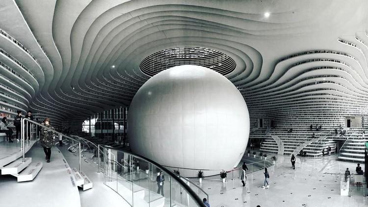 Primeiras imagens após a inauguração da Tianjin Binhai Library projetada pelo MVRDV, © Instagram <a href='http://https://www.instagram.com/p/BavtqI0Fhes/?tagged=%E5%9B%BE%E4%B9%A6%E9%A6%86'>de momokowild</a>