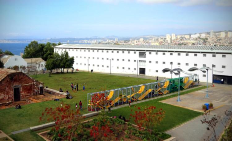 Conoce La Serpentina, un juego infantil urbano diseñado por ELEMENTAL para Somos Choapa, La Serpentina en el Parque Cultural de Valparaíso, Chile. Image Cortesía de ELEMENTAL
