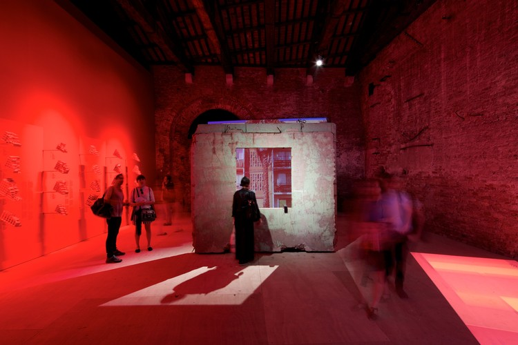 Panel KPD del pabellón chileno en la Bienal de Venecia 2014 se suma al Museo de la Memoria en Santiago, Monolith Controversies, Pabellón de Chile en la Bienal de Venecia 2014. Image © Nico Saieh