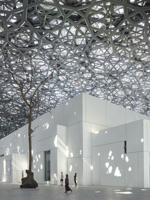 Louvre Abu Dhabi projetado por Jean Nouvel é inaugurado após uma década de desenvolvimento, © Roland Halbe