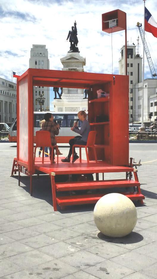 Radiaciones, un proyecto nómade sobre cuerpo, memoria y territorio en Valparaíso , Plaza Sotomayor. Image © Bettina Kagelmacher