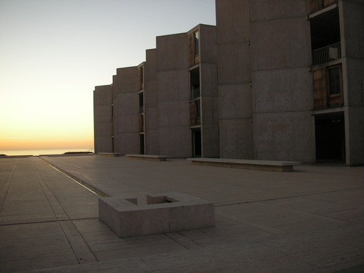 Salk Institute / Louis Kahn. Image © <a href='https://www.flickr.com/photos/tatler/689357223/'>Flickr user tatler</a> licensed under <a href='https://creativecommons.org/licenses/by-sa/2.0/'>CC BY-SA 2.0</a>