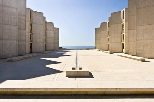 Salk Institute / Louis Kahn. Image © <a href='https://www.flickr.com/photos/naq/2337744981/'>Flickr user naq</a> licensed under <a href='https://creativecommons.org/licenses/by-sa/2.0/'>CC BY-SA 2.0</a>