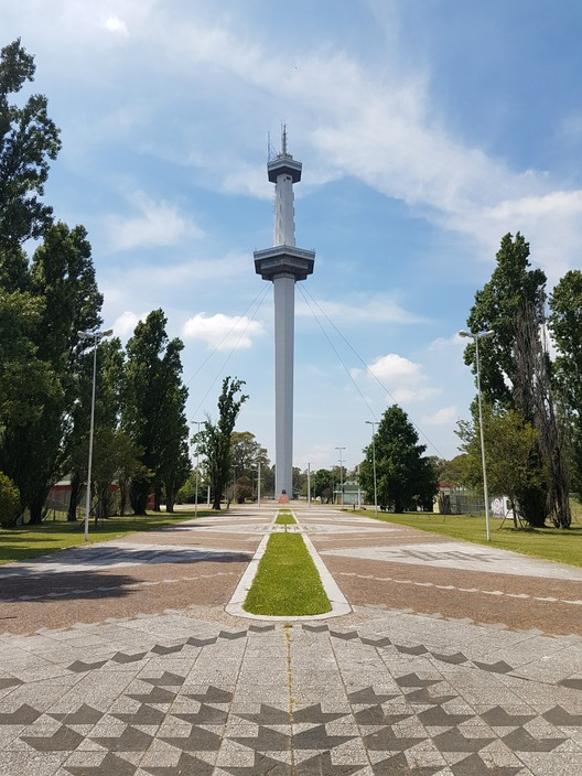 Torre Espacial: una perspectiva estructural en el sur de Buenos Aires, vía Wikipedia User: Mickynoe Licensed Under CC BY-SA 4.0