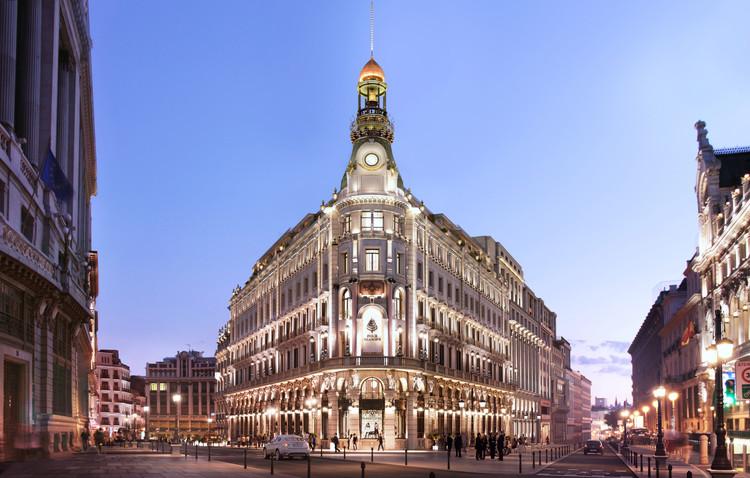 Estudio Lamela presenta Centro Canalejas, un proyecto de remodelación de siete edificios históricos en Madrid, Vista exterior nocturna del Centro Canalejas. Image Cortesía de Estudio Lamela