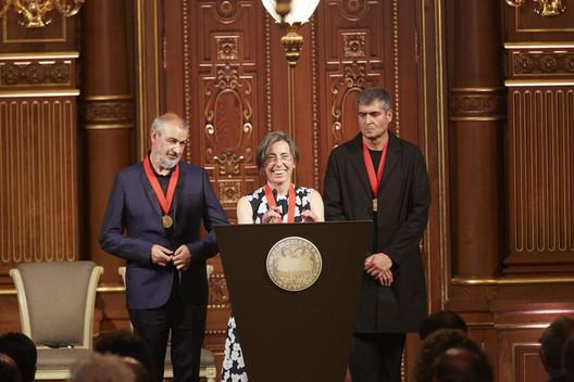 Ramon Vilalta, Carme Pigem y Rafael Aranda en la ceremonia de premiación del Premio Pritzker 2017. Image © The Hyatt Foundation / Pritzker Architecture Prize