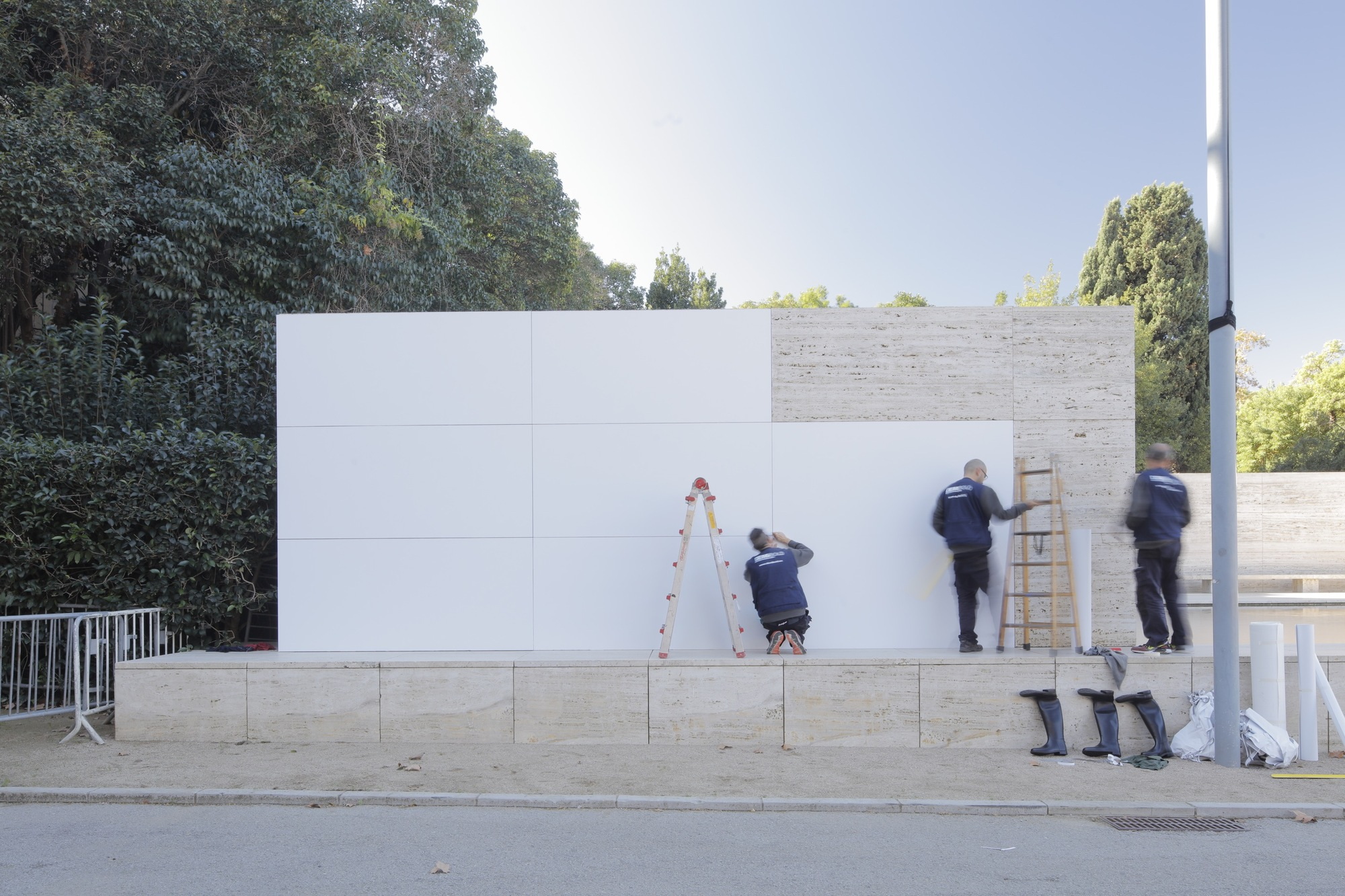 mies van der rohe s barcelona pavilion dematerialized with all white surfaces archdaily. Black Bedroom Furniture Sets. Home Design Ideas