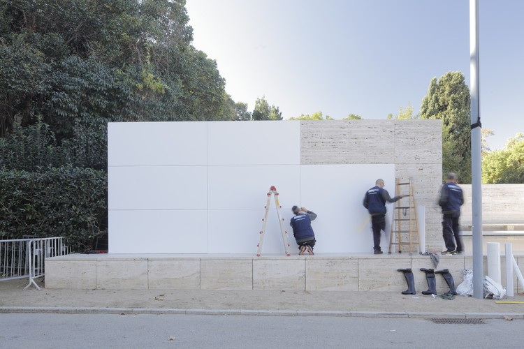 "Mies van der Rohe's Barcelona Pavilion ""Dematerialized"" With All-White Surfaces, © Adrià Goula"