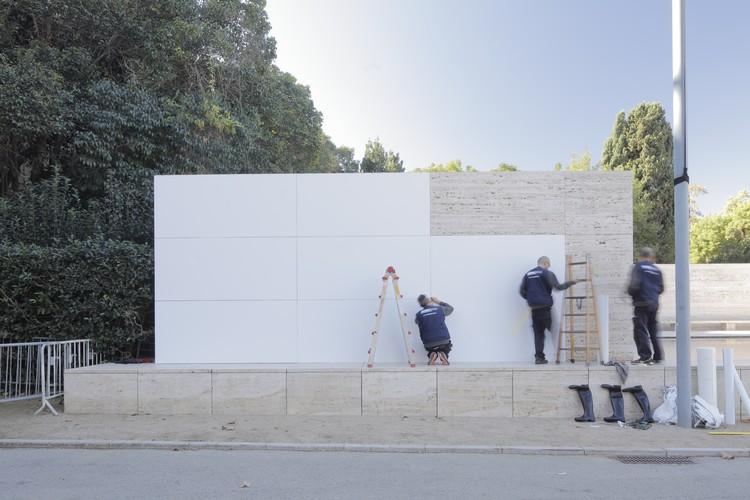 """Pavilhão de Barcelona é """"desmaterializado"""" em intervenção de Anna & Eugenias Bach, © Adrià Goula"""