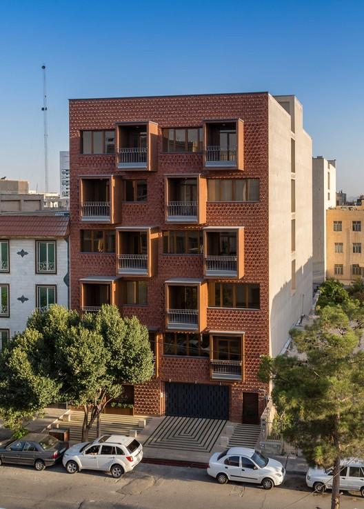 Edificio Residencial ELKA / DAAL Studio +  ELKA Architects, © Parham Taghioff