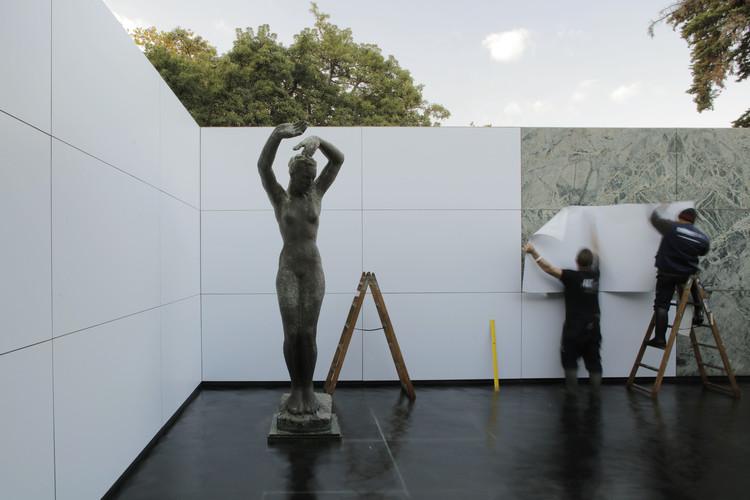 Fundació Mies van der Rohe inaugura 'mies missing materiality' de Anna & Eugeni Bach, © Adrià Goula