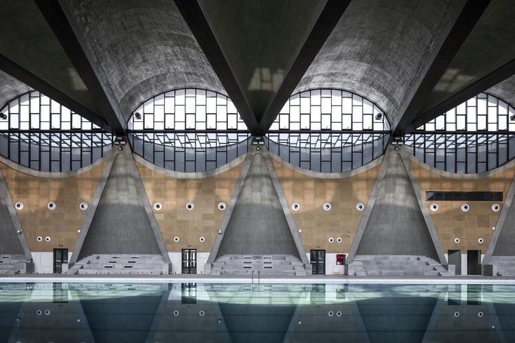 Gimnasio del nuevo campus de la Universidad de Tianjin / Atelier Li Xinggang, Interior de la piscina. Imagen © Haiting Sun