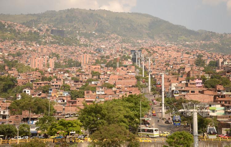 Arquitetura como dispositivo político: introdução ao projeto de Parques Biblioteca em Medellín, Metrocables de Medellín. Image © Cauê Capillé