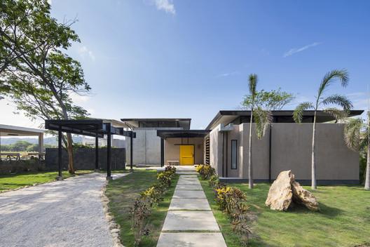 Casa Yellow Door / NiHu Arquitectos